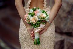 Braut mit Blumenstrauß in der Hand Lizenzfreies Stockbild