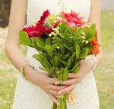 Braut mit Blumenstrauß in ihren Händen, Nahaufnahme Lizenzfreies Stockbild