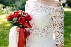 Braut mit Blumenstrauß, Nahaufnahme Stockbild