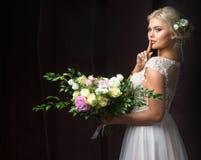 Braut mit Blumenstrauß von Blumen und von Geheimnis Stockbild