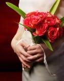 Braut mit Blumenstrauß zur Seite Stockfoto