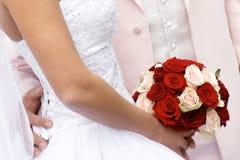 Braut mit Blumenstraußblumen Lizenzfreie Stockfotografie