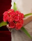 Braut mit Blumenstraußeinfassung vorwärts Lizenzfreie Stockbilder
