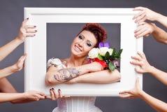 Braut mit Blumenstrauß im Feld Lizenzfreies Stockfoto