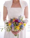 Braut mit Brautblumenstrauß in der Hand Lizenzfreies Stockbild
