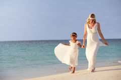 Braut mit Brautjungfer an der schönen Strand-Hochzeit Lizenzfreies Stockfoto