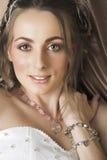 Braut mit dem braunen langen Haarlächeln Stockfotos