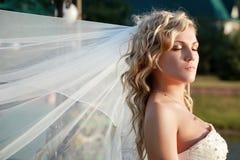 Braut mit den Augen geschlossen Stockfoto