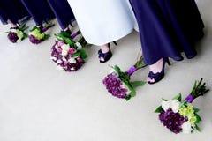 Braut mit den Brautjunfern, die Schuhe vorführen Lizenzfreie Stockbilder