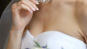 Braut mit den empfindlichen H?nden hielt Halsband, Halskette auf dem Hals Hochzeits-Morgen der Braut Bekanntmachen der Schmucksac stock video footage