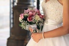 Braut mit einem Blumenstrauß Stockfotografie