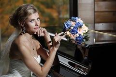 Braut mit einem Blumenstrauß Stockbild