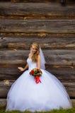 Braut mit einem Blumenstrauß der Blumen Lizenzfreie Stockfotografie