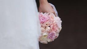 Braut mit einem Blumenstrauß der Blumen stock video