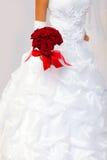 Braut mit einem Blumenstrauß in einer Hand Stockfotografie
