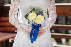 Braut mit einem Blumenstrauß von Pfingstrosen in den Händen Stockfoto