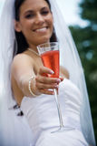 Braut mit einem Cocktail Stockfotografie
