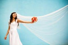 Braut mit einem Hochzeitsblumenstrauß Lizenzfreie Stockfotos