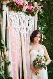 Braut mit einem Hochzeitsblumenstrauß bogen Stockfotos