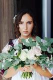 Braut mit einem Hochzeitsblumenstrauß stockbild