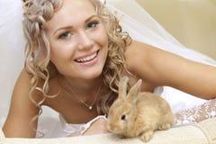 Braut mit einem Kaninchen Stockfotografie