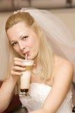 Braut mit einem Milchshake Stockfoto
