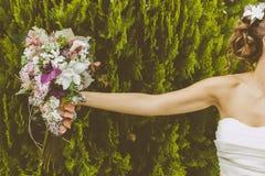 Braut mit einem schönen Blumenstrauß Stockfotografie