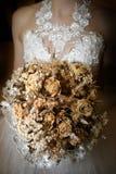 Braut mit einem verwelkten Blumenstrauß Lizenzfreies Stockfoto