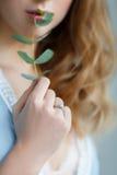 Braut mit Eukalyptus in den Händen Lizenzfreies Stockfoto