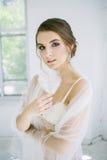 Braut mit Federn in der Hand Lizenzfreies Stockbild