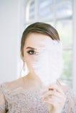 Braut mit Federn in der Hand Lizenzfreie Stockfotos