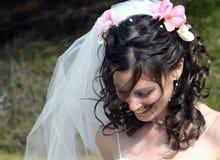 Braut mit Frangipanis im Haar Lizenzfreies Stockbild