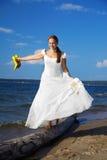 Braut mit gelben Schuhen Stockbilder