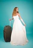 Braut mit großem Koffer Lizenzfreies Stockfoto