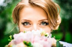 Braut mit großen grünen Augen untersucht die Kamera Lizenzfreie Stockfotografie
