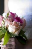 Braut mit Hochzeitsblumenstrauß Stockbild