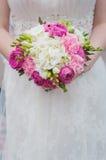 Braut mit Hochzeitsblumenstrauß Lizenzfreie Stockfotos