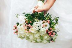 Braut mit Hochzeitsblumenstrauß Stockfotos