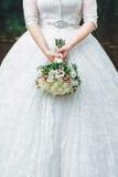 Braut mit Hochzeitsblumenstrauß Stockbilder
