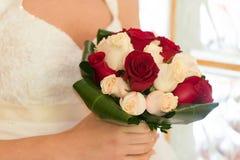 Braut mit ihrem Blumenstrauß Stockfotos