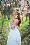 Braut mit ihrem Haar in einem Frühlingsgarten stockbild