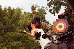 Braut mit ihrem tragenden Armeeanzug des Bräutigams Lizenzfreies Stockbild
