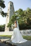 Braut mit Leuchtturm im Hintergrund. Lizenzfreie Stockfotos