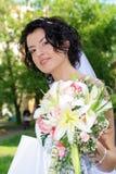 Braut mit Lilienblumen Stockfotografie