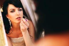 Braut mit Lippenstift in der Hand Lizenzfreies Stockfoto