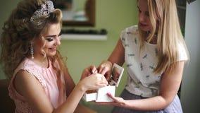 Braut mit Make-upkünstler wählt schöne Verzierungen von der Schatulle Berufsmake-up für Frau mit gesunden Jungen stock video