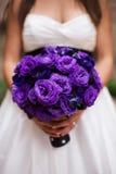Braut mit purpurrotem Blumenstrauß Lizenzfreies Stockbild