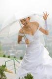 Braut mit Regenschirm Stockfotografie