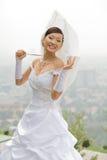 Braut mit Regenschirm Lizenzfreie Stockfotografie