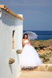 Braut mit Regenschirm stockbild